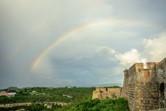 Arco iris doble sobre las paredes del castillo de San Pedro De La Roca, Santiago foto de archivo