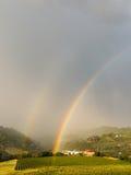 Arco iris doble sobre Santo Stefano Belbo Foto de archivo