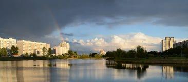 Arco iris durante la tarde del verano de Gomel Foto de archivo