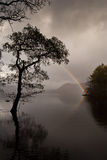 Arco iris en el agua Inglaterra de Derwent imagen de archivo libre de regalías