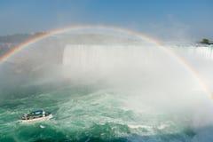 Arco iris en el barco en Niagara Falls - Ontario, Canadá Imagenes de archivo