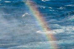 Arco iris en el chapoteo de la agua de mar Foto de archivo libre de regalías