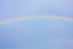 Arco iris en el cielo azul como fondo Imagen de archivo
