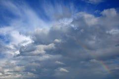 Arco iris en el cielo con la nube hermosa Foto de archivo
