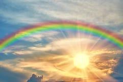 Arco iris en el cielo hermoso en la puesta del sol Imagenes de archivo