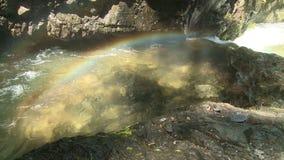 Arco iris en el río de la montaña almacen de video