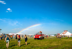 Arco iris en festival de música Imagen de archivo libre de regalías