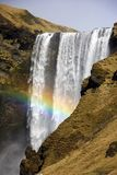 Arco iris en la cascada de Skogafoss en Islandia foto de archivo libre de regalías