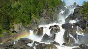 Arco iris en la cascada de Uchar, Altai, Rusia metrajes
