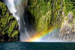 Arco iris en la cascada Milford Sound en Nueva Zelanda Fotos de archivo