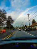 Arco iris en la ciudad fotos de archivo