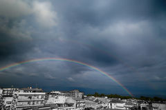 Arco iris en la ciudad cerca del mar Foto de archivo