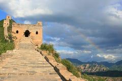 Arco iris en la Gran Muralla de Simatai de China Fotos de archivo libres de regalías