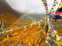 Arco iris en la niebla, delante de las montañas nevosas de Himalaya Fotos de archivo libres de regalías