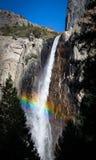 Arco iris en las caídas de Bridalveil Fotos de archivo