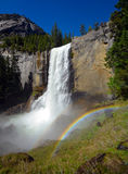Arco iris en las caídas vernales Imagenes de archivo