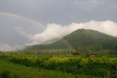 Arco iris en las montañas foto de archivo