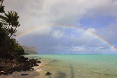 Arco iris en Polinesia imagen de archivo