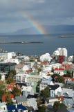 Arco iris en Reykjavik, una ciudad colorida fotografía de archivo