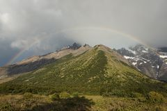 Arco iris en Torrres del Paine, Chile imagenes de archivo