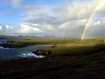 Arco iris en una costa irlandesa Fotos de archivo