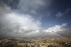 Arco iris en una vista de pueblos alrededor de Jerusalén e B H Fotos de archivo