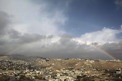 Arco iris en una vista de pueblos alrededor de Jerusalén e B H Fotografía de archivo