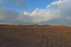Arco iris entre las dunas de arena en el desierto de Amargosa Imagenes de archivo