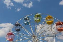 Arco iris Ferris Wheel en Tailandia Imagen de archivo
