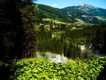 Arco iris hecho de los descensos del agua de la cascada de Krimml Foto de archivo libre de regalías