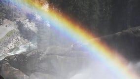 Arco iris hermoso en la cascada almacen de video