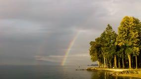 Arco iris hermoso sobre bosque por un lago Fotografía de archivo libre de regalías