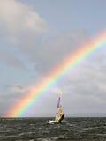Arco iris maravilloso en el mar. Imagen de archivo libre de regalías