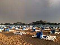 Arco iris maravilloso sobre el mar y la playa en Turquía después de fuertes lluvias imagen de archivo libre de regalías