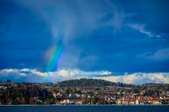 Arco iris parcial sobre la ciudad imagen de archivo libre de regalías