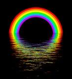 Arco iris que brilla intensamente sobre escena de la noche del agua Imagen de archivo