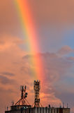 Arco iris que cae para la antena de las telecomunicaciones Imagen de archivo