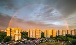 Arco iris sobre distrito residencial imagen de archivo libre de regalías