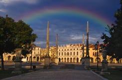 Arco iris sobre el cuadrado de Valle del della de Prato, Padua, Italia fotografía de archivo