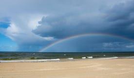 Arco iris sobre el mar Báltico después de la lluvia fotos de archivo