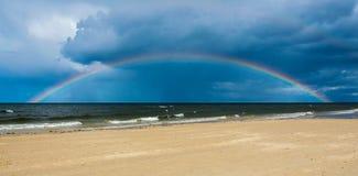 Arco iris sobre el mar B?ltico despu?s de la lluvia fotografía de archivo