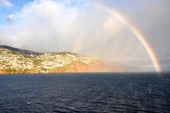 Arco iris sobre el mar y la isla de Madeira Foto de archivo libre de regalías