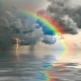 Arco iris sobre el océano imagenes de archivo