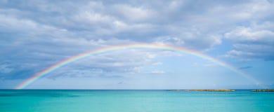 Arco iris sobre el océano Imágenes de archivo libres de regalías