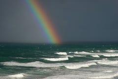 Arco iris sobre el océano Fotos de archivo