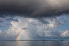 Arco iris sobre el Océano Pacífico tropical Fotografía de archivo