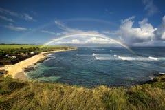 Arco iris sobre el parque de la playa de Ho'okipa, orilla del norte de Maui, Hawaii Imagen de archivo libre de regalías