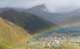 Arco iris sobre el pueblo georgiano de Stepantsminda después de la lluvia Foto de archivo libre de regalías