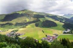 Arco iris sobre el valle con la montaña de Schattberg, Saalbach-Hinterglemm, Austria foto de archivo