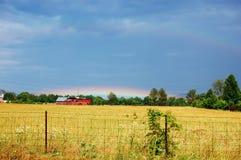 Arco iris sobre granero Foto de archivo libre de regalías